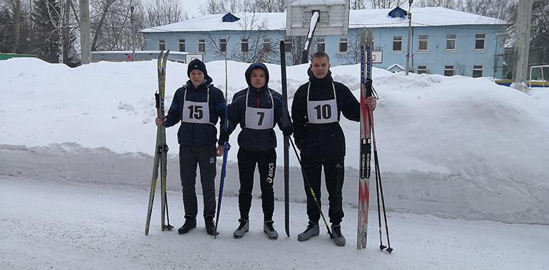 Участники соревнования по лыжным гонкам